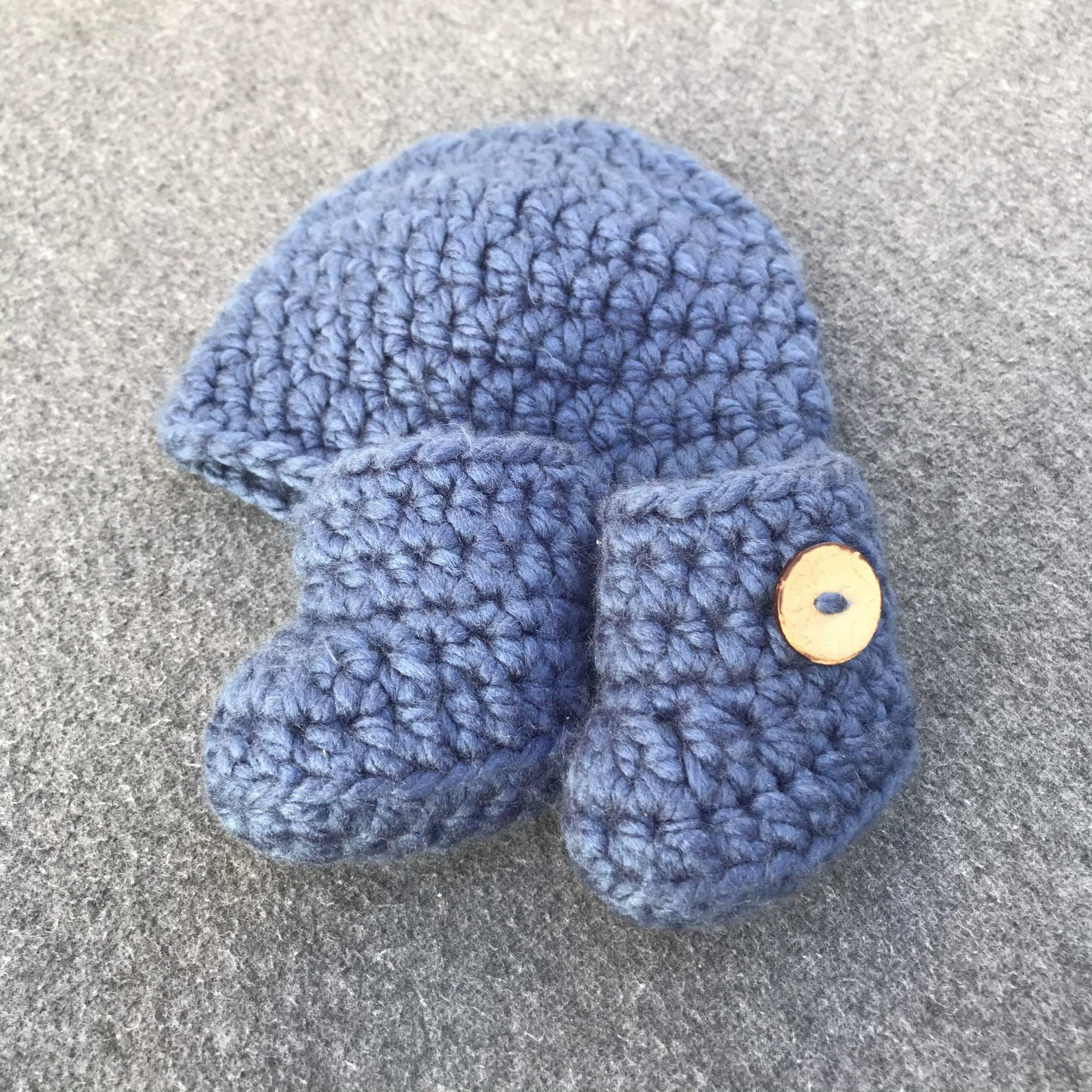 Baby hat and booties in petrol blue